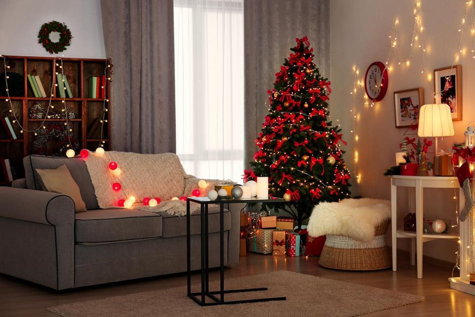 Albero di Natale rosso con fiocchi in salotto