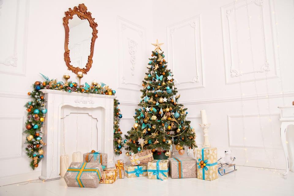 Albero di Natale oro, bianco e blu in salotto