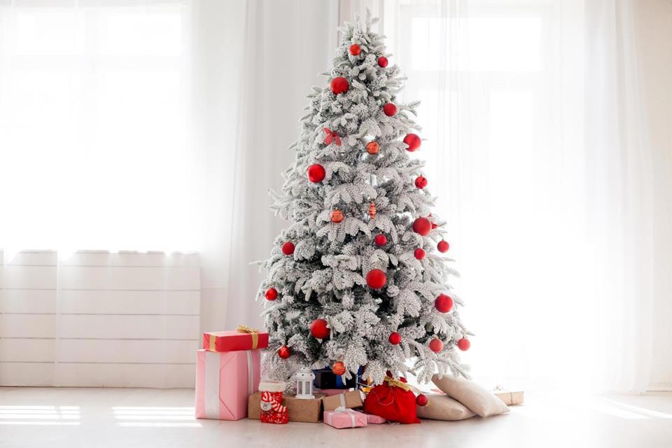 Albero di Natale bianco con decorazioni rosse
