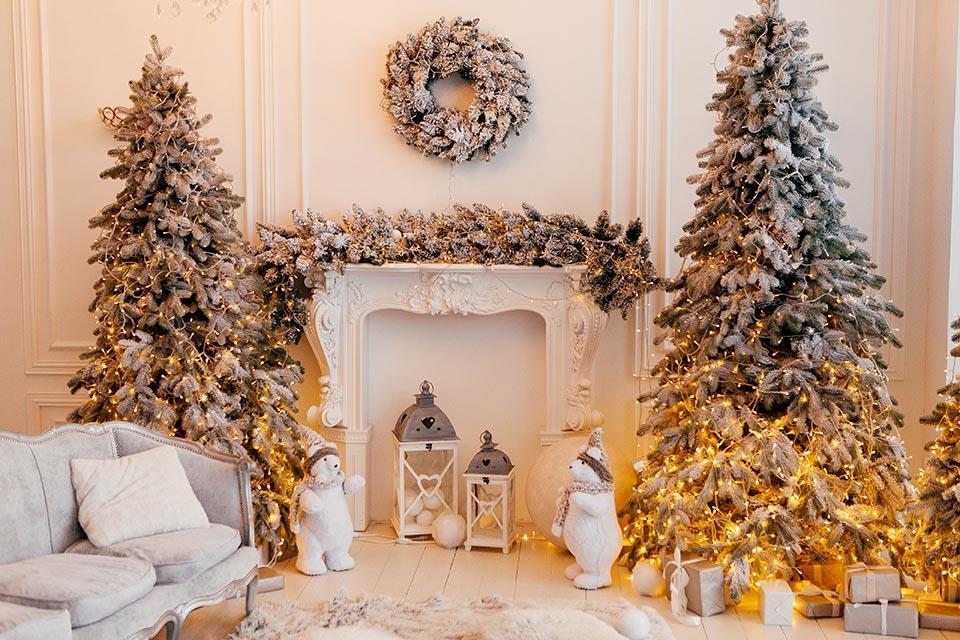 Alberi di Natale bianchi innevati con luci