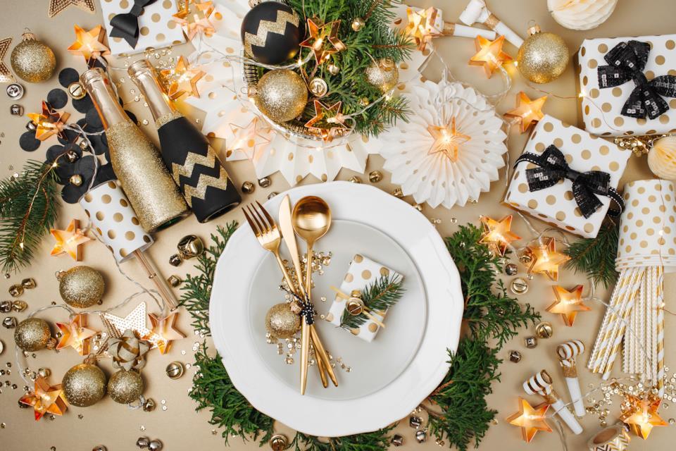 Piatti e centrotavola di Natale oro