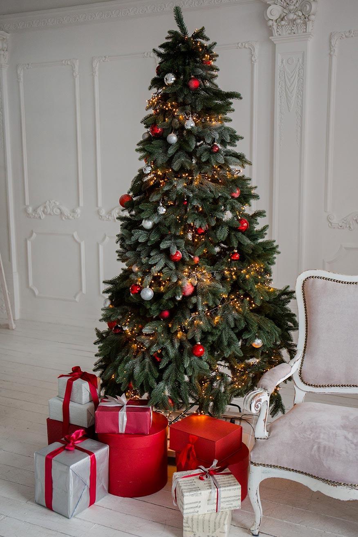 Albero di Natale slim rosso in salotto