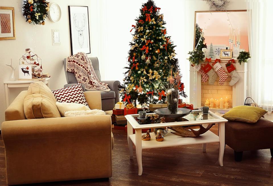 Albero di Natale rosso  e oro in salotto