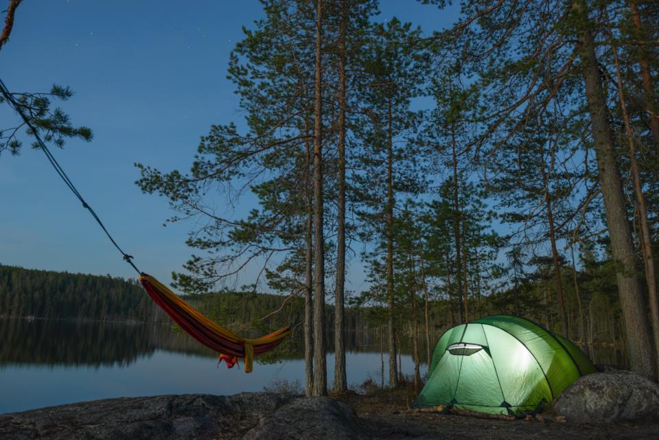 Dormire in tenda o in amaca durante un campeggio
