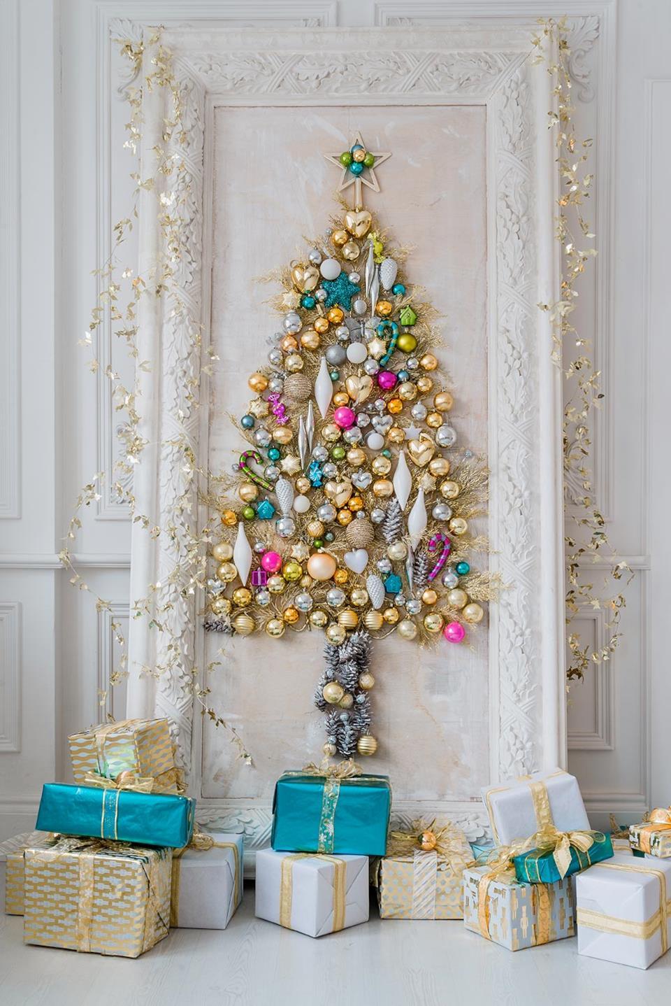 Albero di Natale da parete con palline colorate