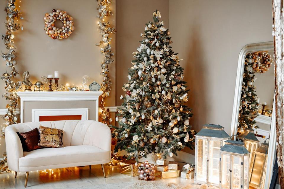 Albero di Natale bianco e oro in salotto