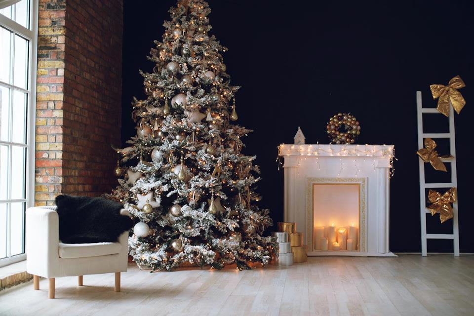 Albero Natale oro bianco e argento in salotto