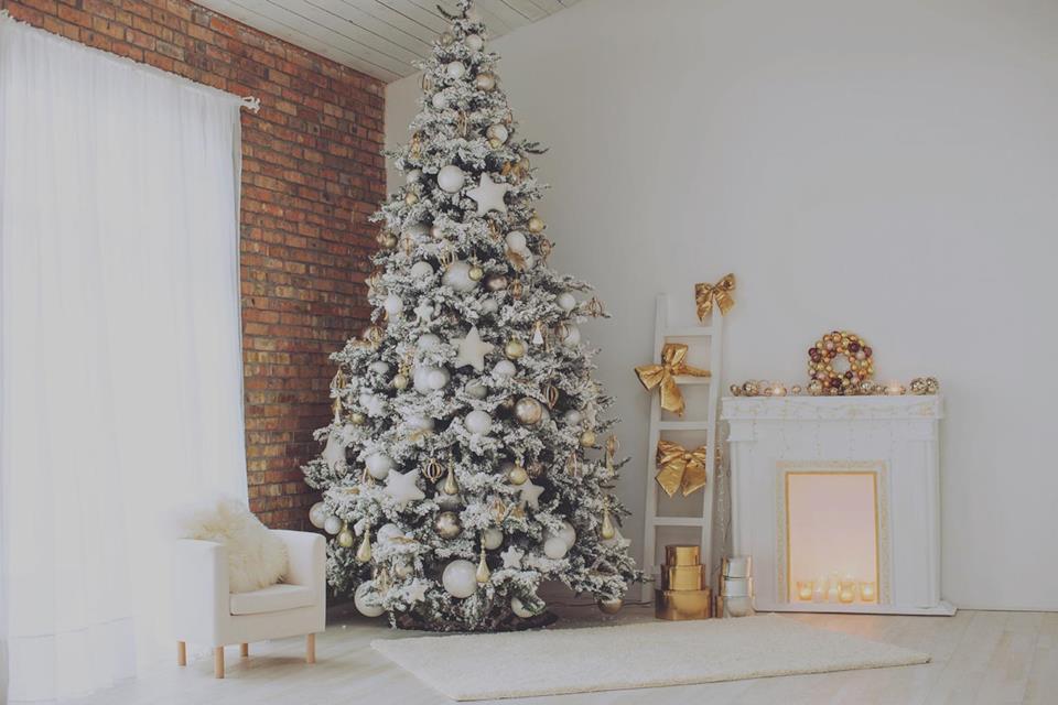 Albero di Natale bianco con decorazioni oro