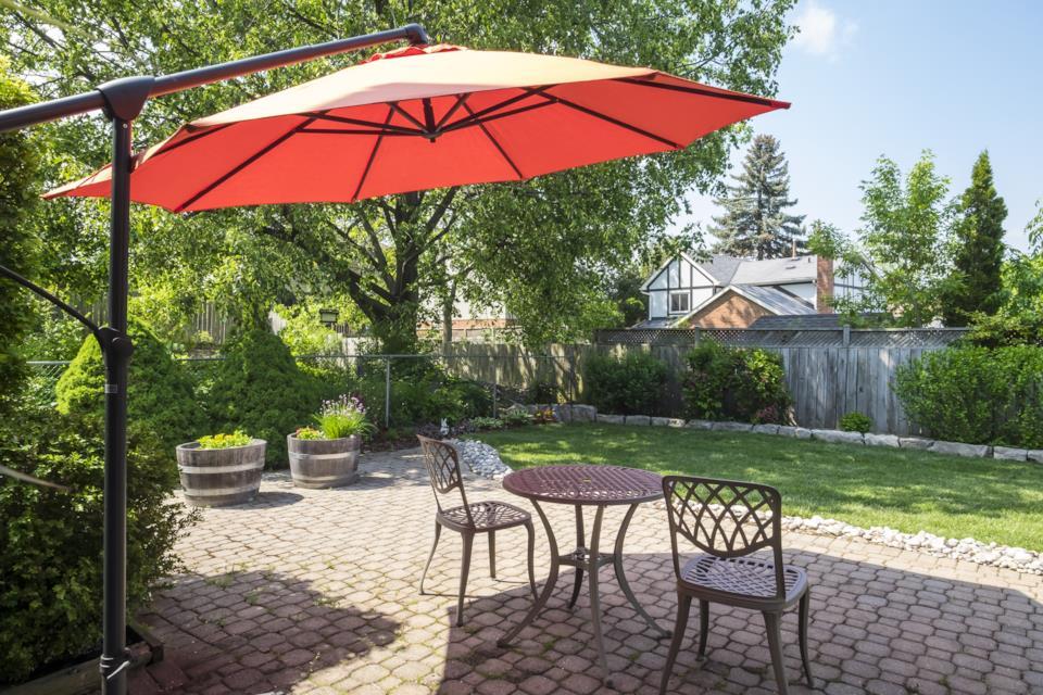 Manutenzione degli ombrelloni per giardino