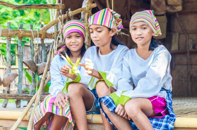 girls in the philippines with traditional clothes