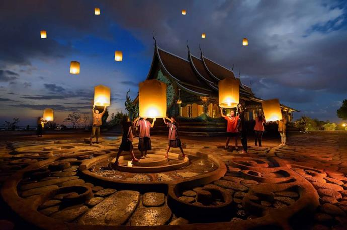 thailandese people celebrating