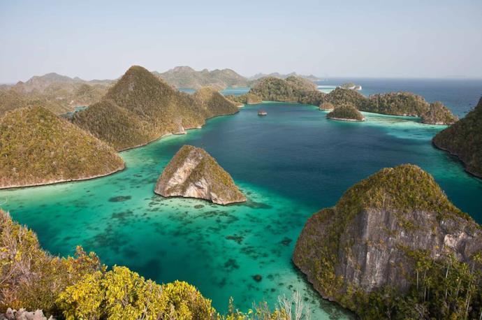 Isolotti e mare di Raja Ampat in Indonesia