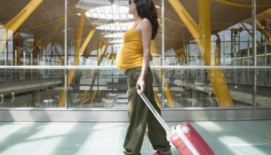 Viaggiare durante la gravidanza in macchina, aereo e treno: tutti i consigli
