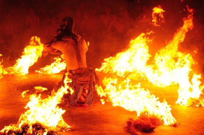Esibizione di danza Kecak con fuoco a Uluwatu a Bali.