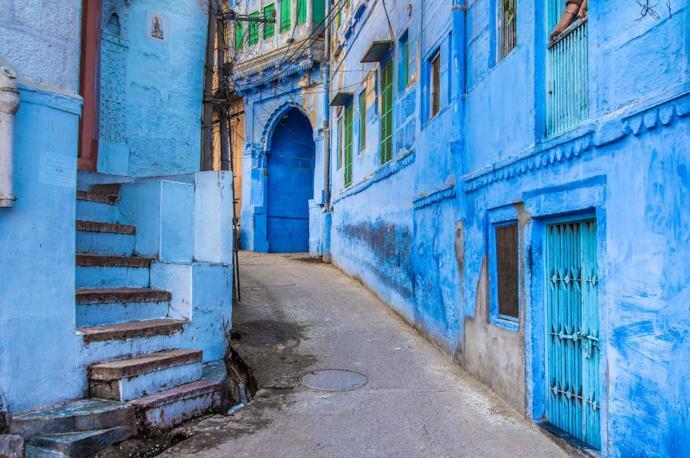 Strada con palazzi blu a Jodhpur, India