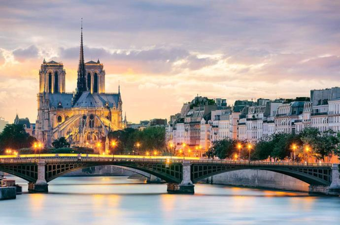 Notre Dame al tramonto a Parigi in Francia