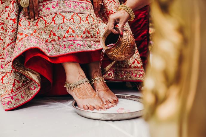 Dettaglio decorazioni ai piedi di una sposa indiana