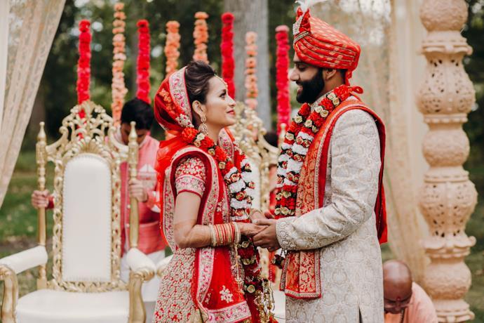 Una coppia durante un matrimonio indiano in abiti tradizionali