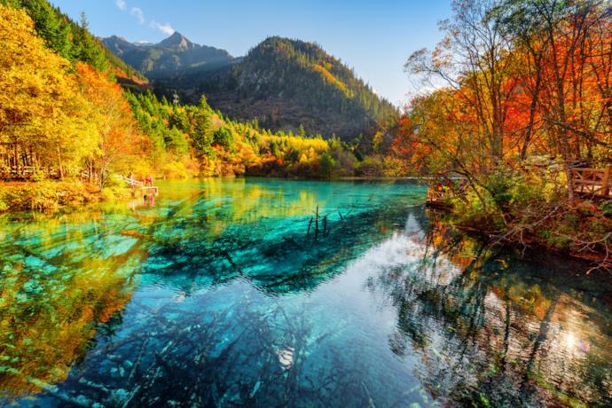 Nella Valle del Jiuzhaigou in autunno i colori delle foglie si specchiano nelle superfici d'acqua