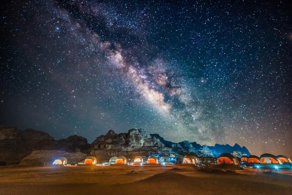 Campo tendato e cieli stellati nel Wadi Rum in Giordania