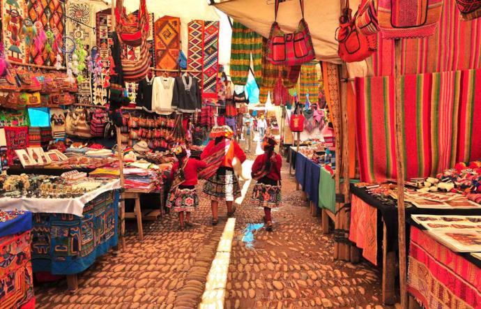 Mercato di oggetti locali in Perù