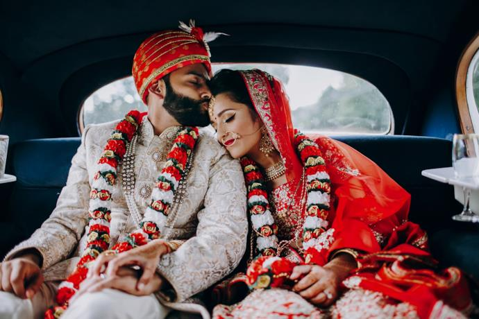 Due sposi indiani in taxi