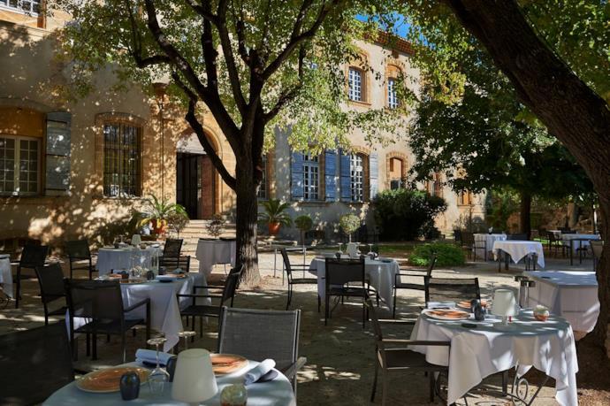 Il cortile dello Chateau de La Pioline in Provenza