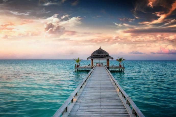 Tramonto romantico e bungalow alle Maldive