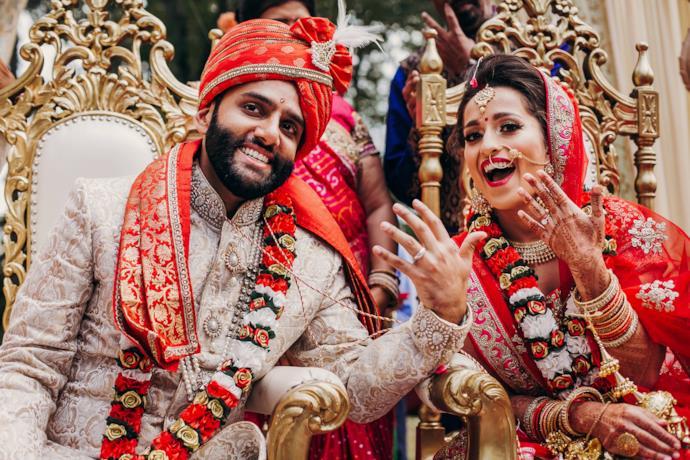 Sposo e sposa indiani in abiti tradizionali durante il matrimonio indiano
