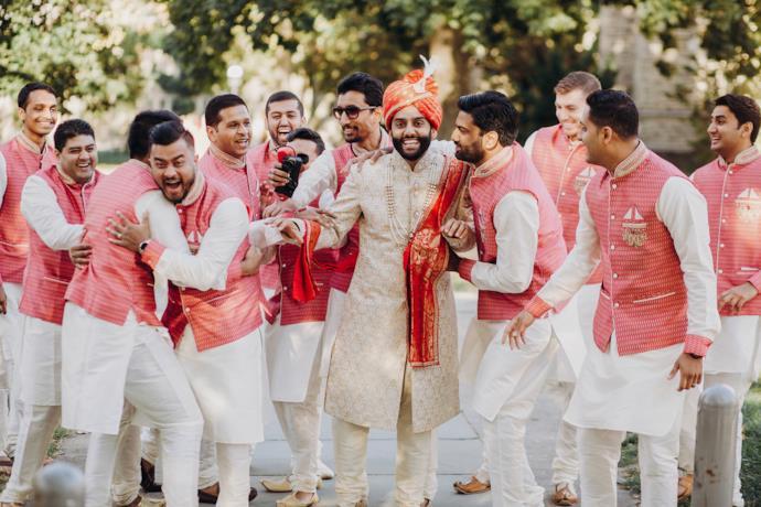 Uno sposo indiano assieme ad altri invitati