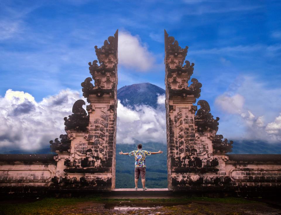 Turista visita un tempio di Bali, Indonesia