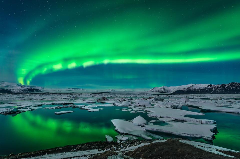Paesaggio di un ghiacciaio islandese con aurora boreale