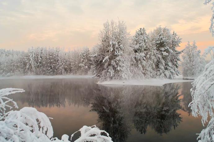 Lago ghiacciato nella foresta della Carelia russa