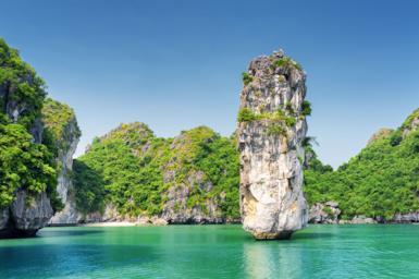 La baia di Halong, grotte naturali e mare cristallino