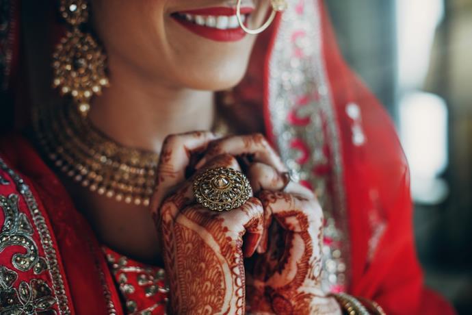 Dettaglio di una giovane sposa indiana in abiti tradizionali