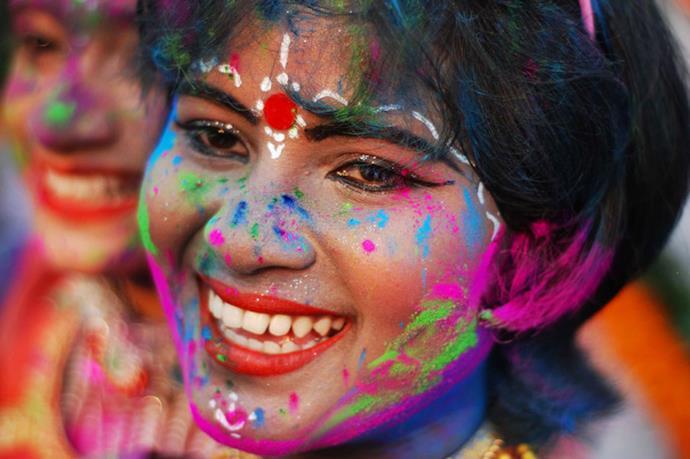 ragazza indiana al festival di holi