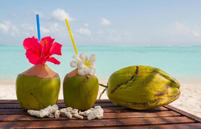 Drink al cocco sulla spiaggia alle Maldive