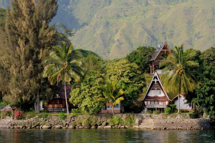 Sponda dell'Isola di Samosir nel lago Toba a Sumatra in Indonesia