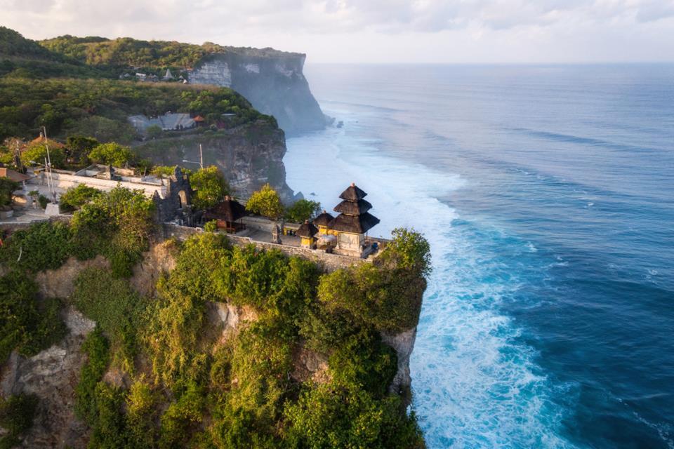 Vista aerea del tempio di Uluwatu a Bali, Indonesia