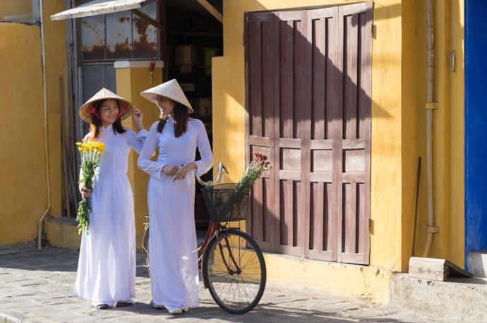 Due ragazze con tipico cappello vietnamita a cono