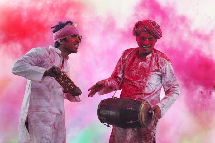 Due uomini che festeggiano l'Holi festival in India