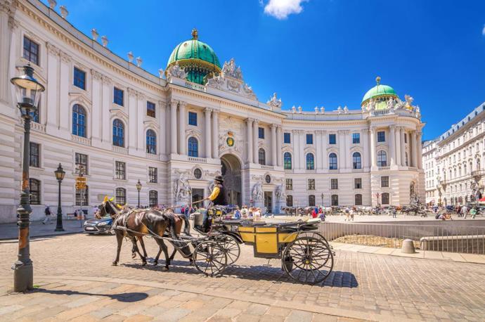 Calesse di fronte al palazzo dell'Alte Banhof a Vienna, Austria