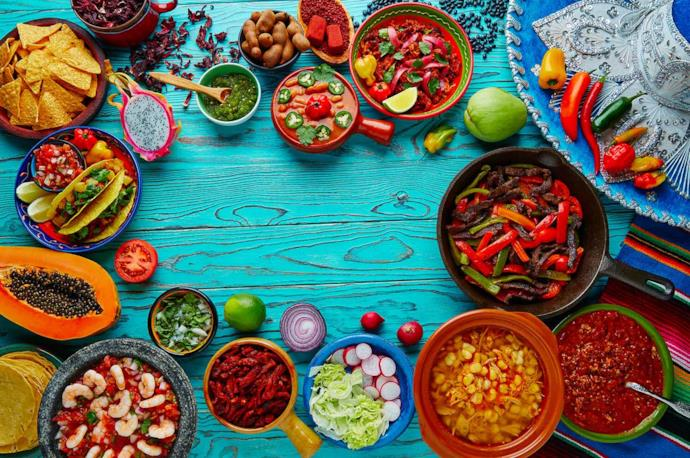 Tavola con vari piatti tipici della cucina messicana
