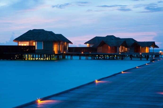 Resort alle Maldive al tramonto