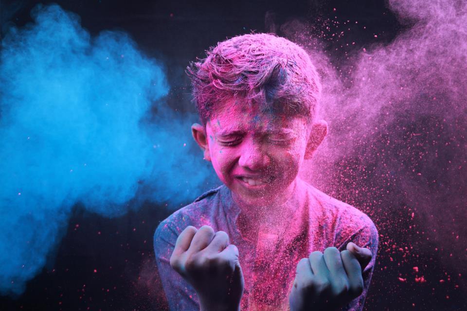 Bambino tra i festeggiamenti all'Holi Festival in India