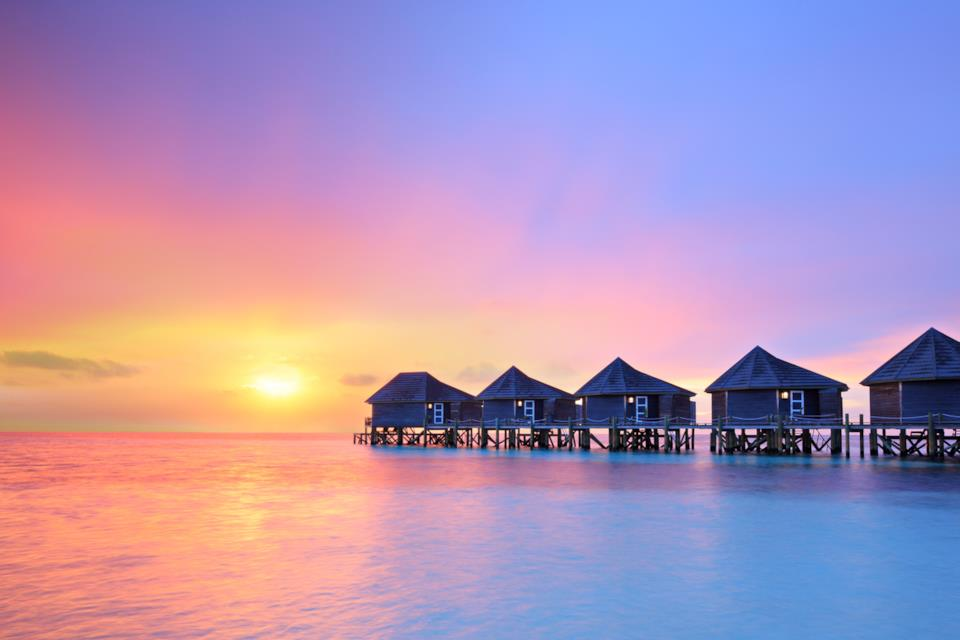 Tramonto alle Maldive: romanticismo, mare e bungalow