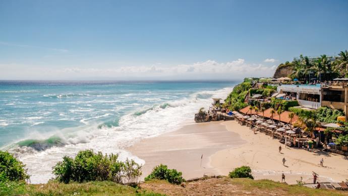 Tipico beach club sulla spiaggia di Bali, Indonesia