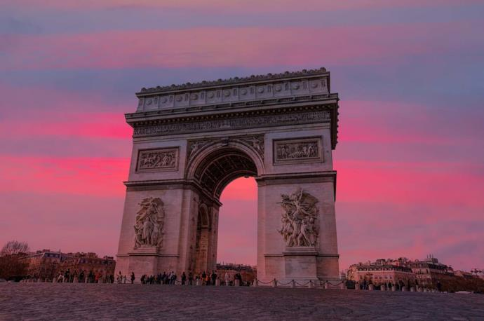 L'Arco di Trionfo a Parigi al tramonto, Francia