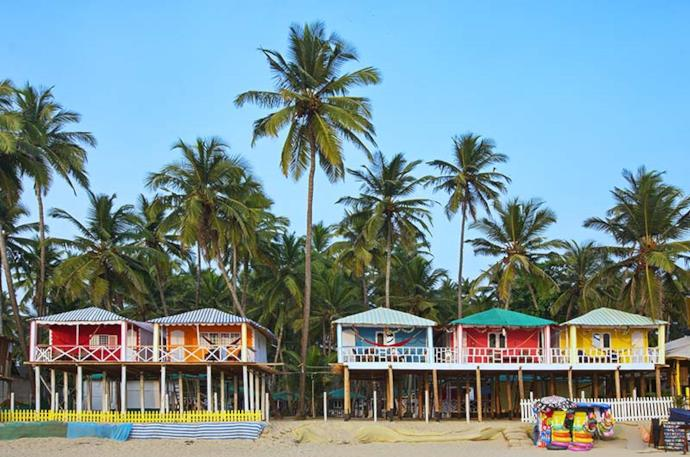 Bungalows su una spiaggia di Goa, India