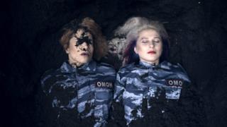 Le Pussy Riot sepolte vive nel video di I Can't Breathe, dedicato a Eric Garner
